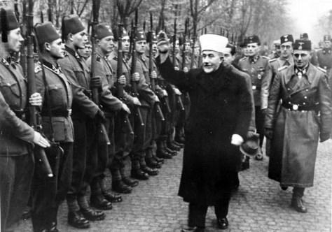Stormuftien af Jerusalem, Amin al-Husseini, inspicerer bosniske frivillige i Waffen-SS, Schlesien, november 1943. Originalfoto: Bundesarchiv.