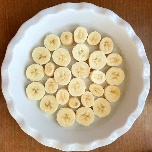 cut banana in a single layer in a pie pan