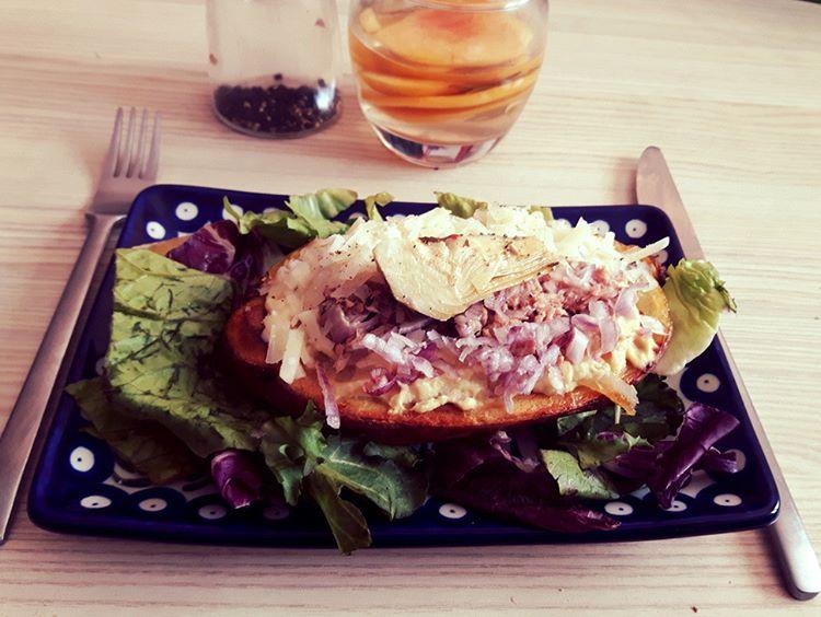Ziemniak typu kumpir z tuńczykiem
