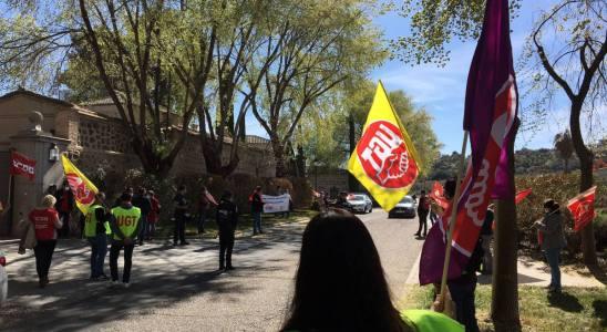 Protesta de delegados de UGT y CCOO en Toledo ante el presidente de Correos, José Manuel Serrano.