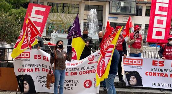 Concentración de delegados y delegadas de UGT y CCOO de Correos en Cuenca