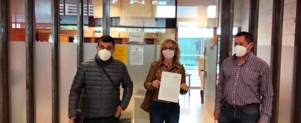 Los delegados sindicales de UGT en Gesmat presentando la carta dirigida al consejero de Sanidad.