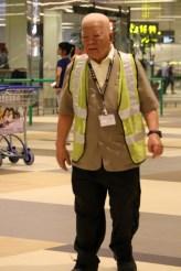 Petugas di Changi, sudah putih semua rambutnya