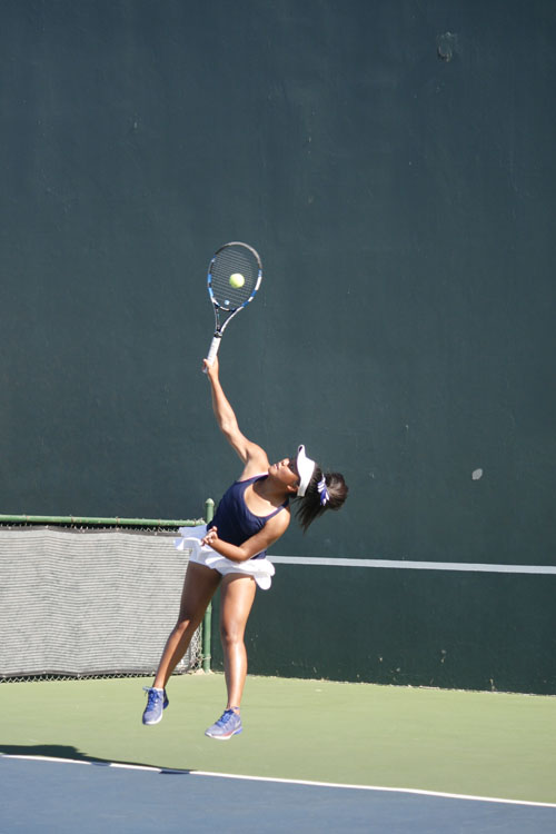 Kayla Agustin (Jr.) slams her serve during the match against Campbell Hall. (V.Yu)