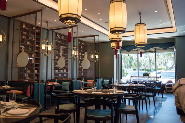 The interior of the restaurant is decorated with traditional lanterns and bookshelves. (L. Xu)