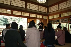 Explanation of cup holding during Japanese tea ceremony
