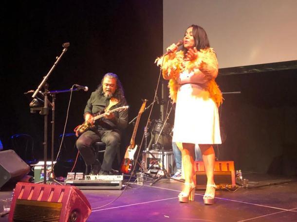 Suzanna Mangar zingt met band