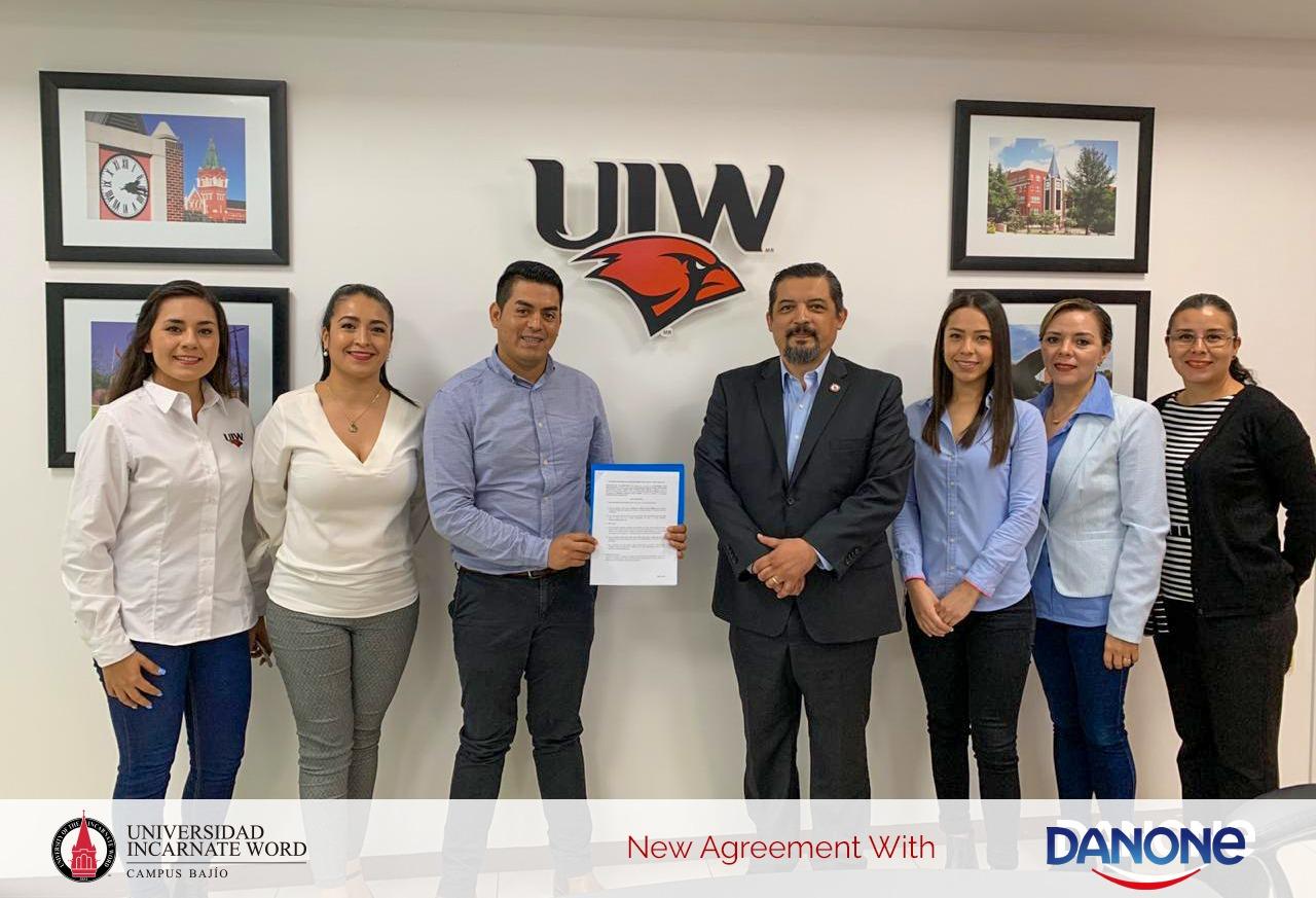 Firma de convenio entre la Universidad Incarnate Word Campus Bajío y Danone planta Irapuato
