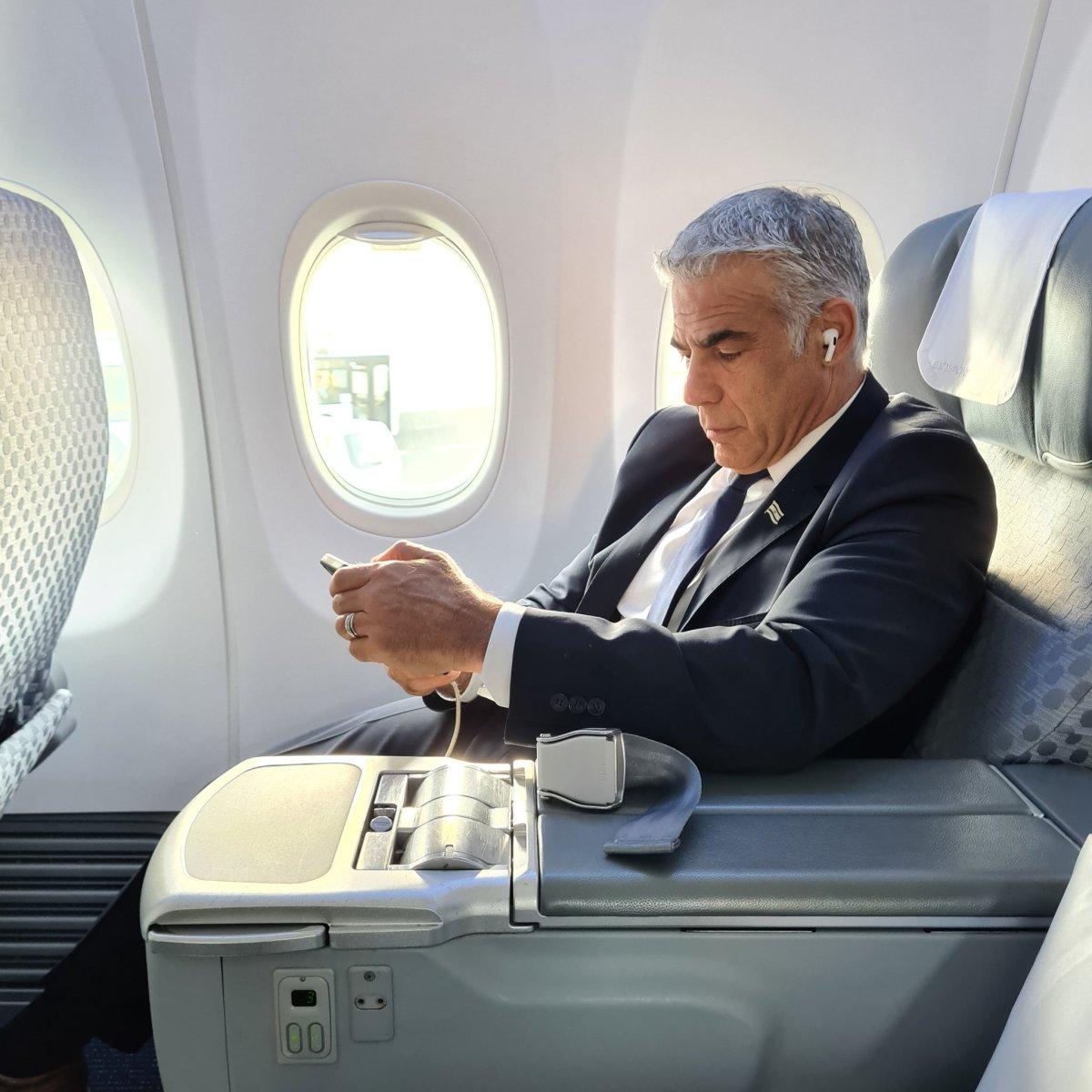 Lapid megérkezett az Egyesült Arab Emírségekbe   Új Kelet online