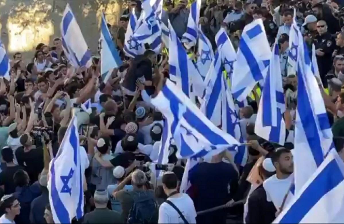 """""""Halál az arabokra"""" és """"Bennett hazug"""": Komolyabb incidens nélkül zajlott le a jeruzsálemi zászlós felvonulás   Új Kelet online"""