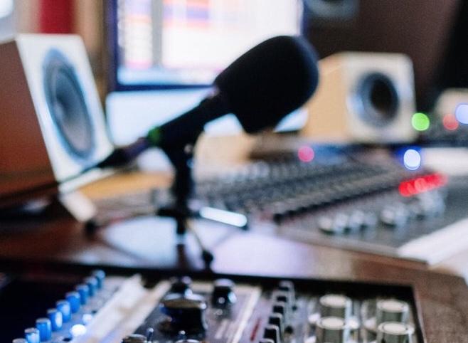 Új Kelet Live Podcast – egy milliárd sékel kártérítést nyújtottak be a terrorizmust finanszírozó katari bankok ellen | Új Kelet online