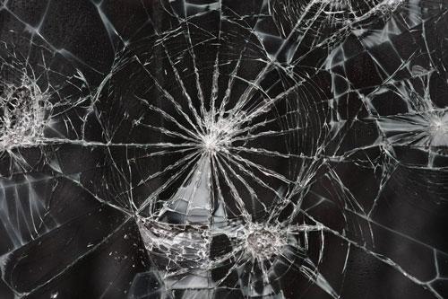 A törhetetlen törékeny: a széthullással való küzdelem regénye