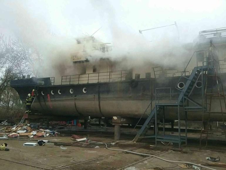 Kigyulladt egy hajóroncs Pozsonyban