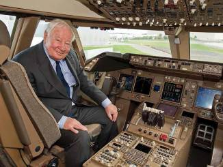 Joe Sutter on the flight deck of a Boeing 747 (Image: Boeing)