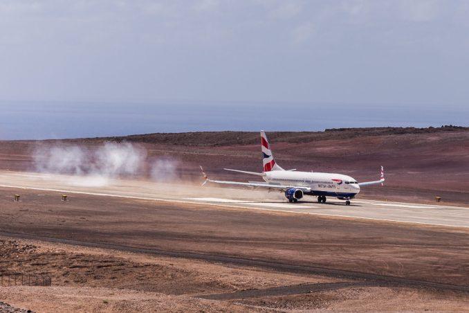First_Comair_Boeing_737-800_flight_to_Saint_Helena_Airport_(79)