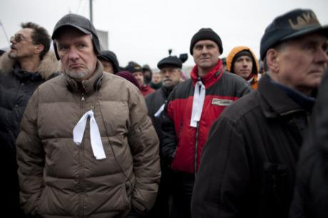 Російські протестувальники з білими стрічками як символами протесту зібралися на мітинг на Болотній площі проти фальсифікації на виборах. (c) Олександр Земляненко, AP/Press Association Images. Усі права захищені