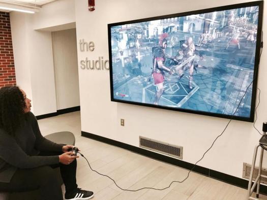 Дослідниця цифрового середовища і експертка з відеоігор з Університету Айови Ханна Скейтс Кеттлер грає в гру Ryse: Son of Rome на екрані біля Студії цифрових досліджень та видань. Університет Айови, Айова-сіті, штат Айова. Фото: Сара Бонд