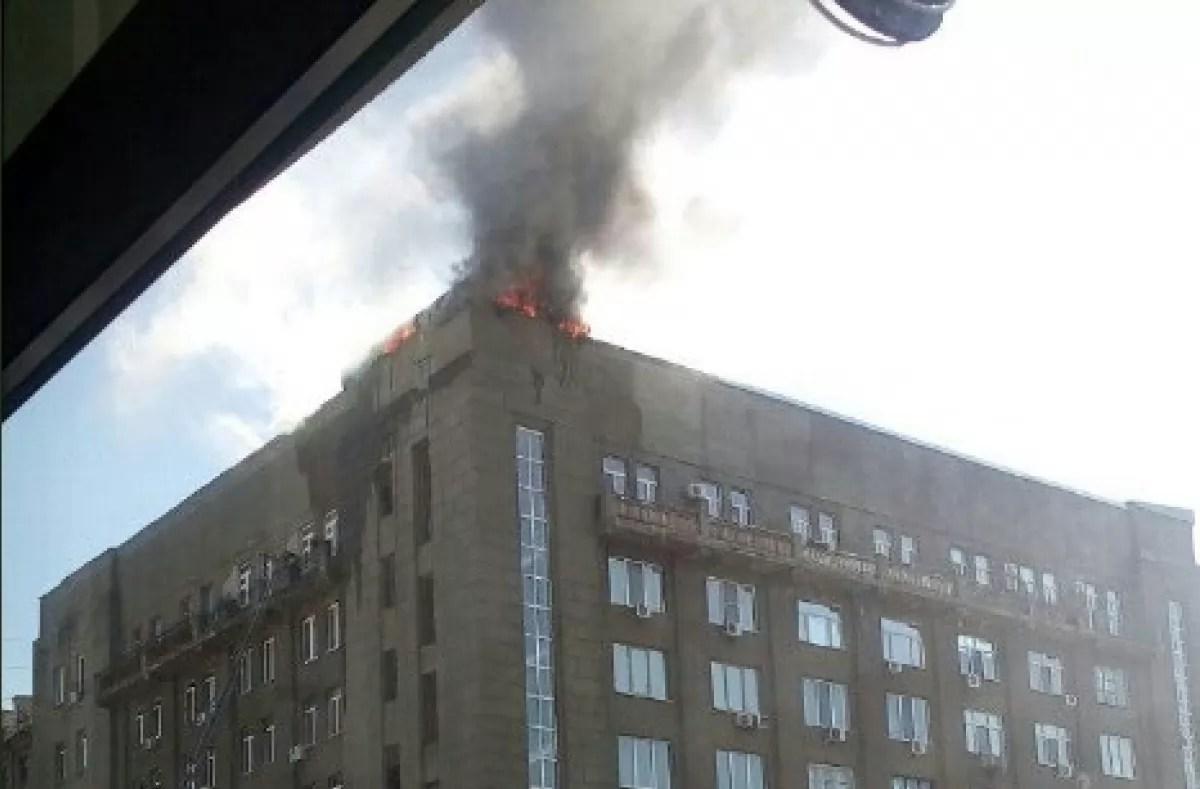 В Харькове горит крыша многоэтажки возле ж/д вокзала ...