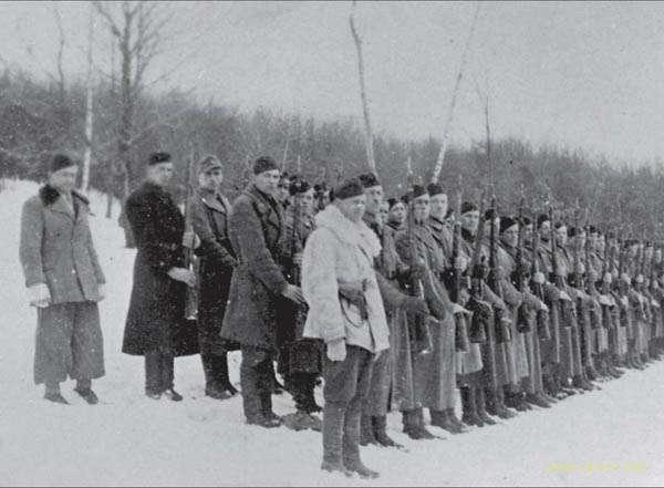 Вероятно, сотня «Сіроманці». На переднем плане Дмитрий Карпенко «Ястреб». Источник: Архив ЦИОД