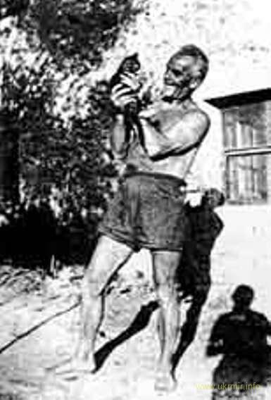 Владимир Винниченко около своего дома во Франции.