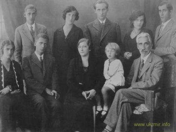 Фото семьи Крушельницких, которое стало символом уничтожения украинской интеллигенции. Все запечатленные мужчины будут расстреляны в 1934-1937 годах.