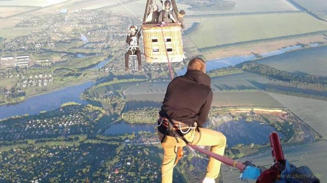 Украинский экстремал прошел по стропе между воздушными шарами на высоте 660 метров