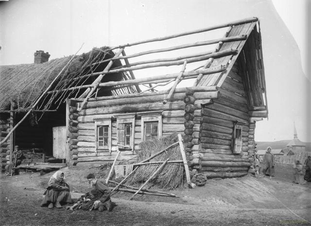 Разрушающаяся изба голодающего крестьянина-татарина в одном из сел Нижегородской губернии (фото 1891-1892 годов)
