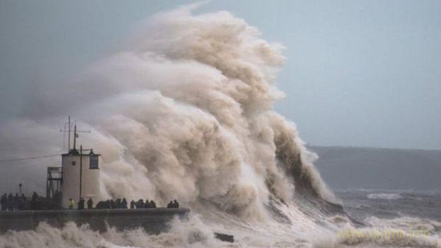 """Британію вразив шторм """"Браян"""", є загроза підтоплень"""