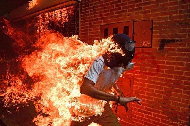 Горящий человек из Венесуэлы стал фотографией года