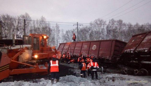 На РФ под откос ушли 16 вагонов грузового поезда