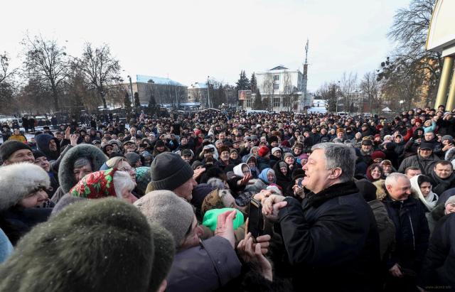 Ровно: На этой фотографии есть Петр Порошенко и сотни...