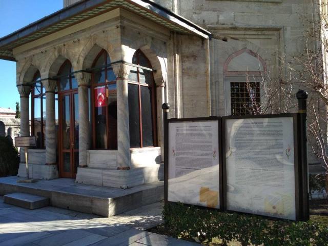 """В Стамбуле возле усыпальницы Роксоланы удалили текст о якобы ее """"русском"""" происхождении"""