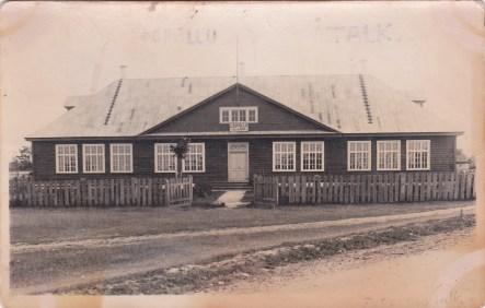 20. saj. algul töötas siin küla kool. 1924 a valmis nägus koolihoone, mille ehituse algajaks oli agar hariduselu edendaja Hindrik Ratas. 1944 a lahingute ajal põles koolimaja maha. Endised õpilased lasksid koolimaja varemetele püstitada mälestuskivi.