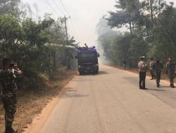 Kebakaran Belukar di Belakang Kantor Koramil Nongsa Bikin Petugas Kewalahan