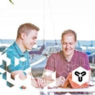 """Nach gemeinsamem Studium und einer Zeit bei amazon, machten sich Kai und Jörg daran, ihr eigenes Ding zu Gründen. Ein Unternehmen, das mit der Zeit geht: Online-Handel, Homeoffice, Work-Life-Balance und Umweltschutz stehen bei KAVAJ aus Biberach ganz weit oben. Dabei entstehen sehr schicke Designer-Taschen für mobile Endgeräte! Und seit neustem gehört auch eine Geldbörse namens """"Munich"""" zur Kollektion! www.kavaj.de www.facebook.de/KAVAJ"""