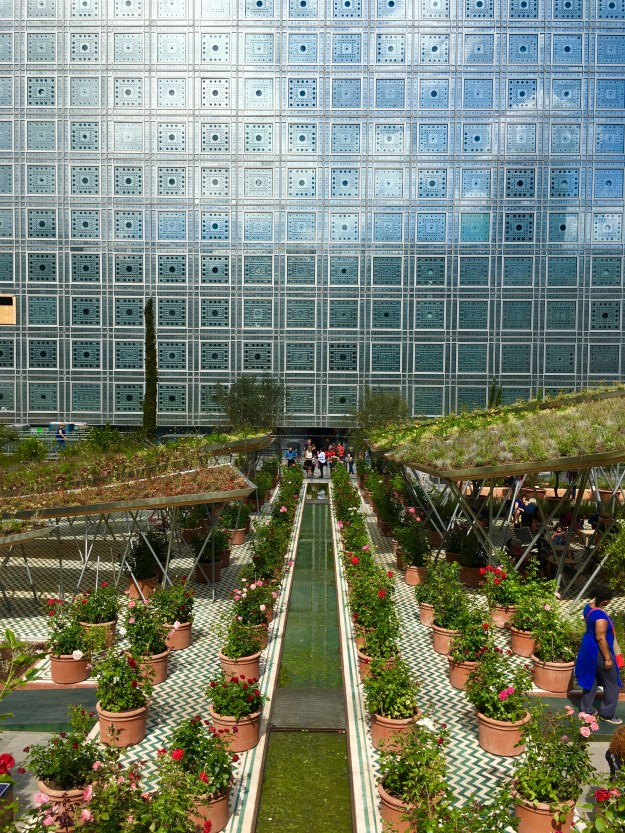 Der arabische Garten von Landschaftsarchitekt Michel Puna vor der Fassade des Institut du Monde Arabe.