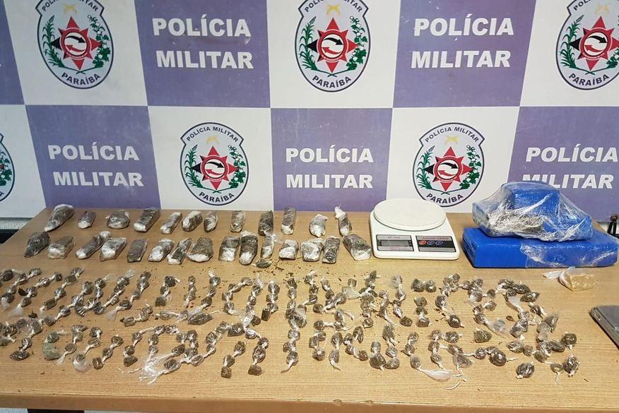 Polícia prende suspeito e apreende drogas escondidas atrás de porta, em João Pessoa