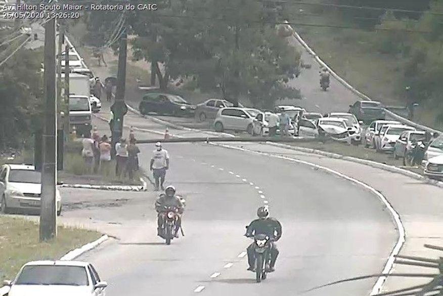 Carro derruba poste e bloqueia parte de avenida no bairro de Mangabeira