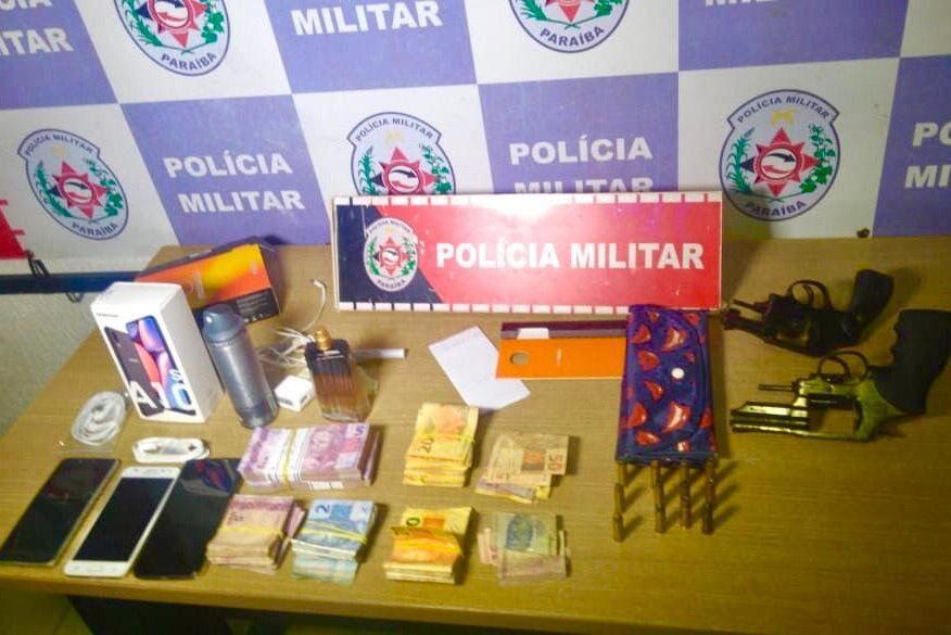 Polícia prende dois suspeitos de assalto a farmácia, liberta funcionários feitos reféns e recupera R$ 4 mil e celulares