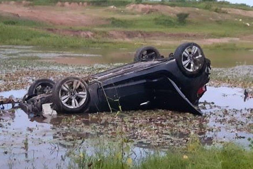 Motorista perde controle de veículo em rodovia, capota e cai em açude na Paraíba