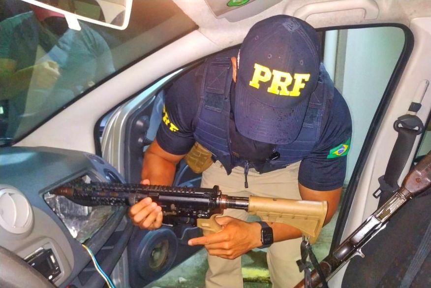 Polícia Rodoviária Federal na Paraíba prende dupla e apreende fuzil e carabina que iriam para Campina Grande