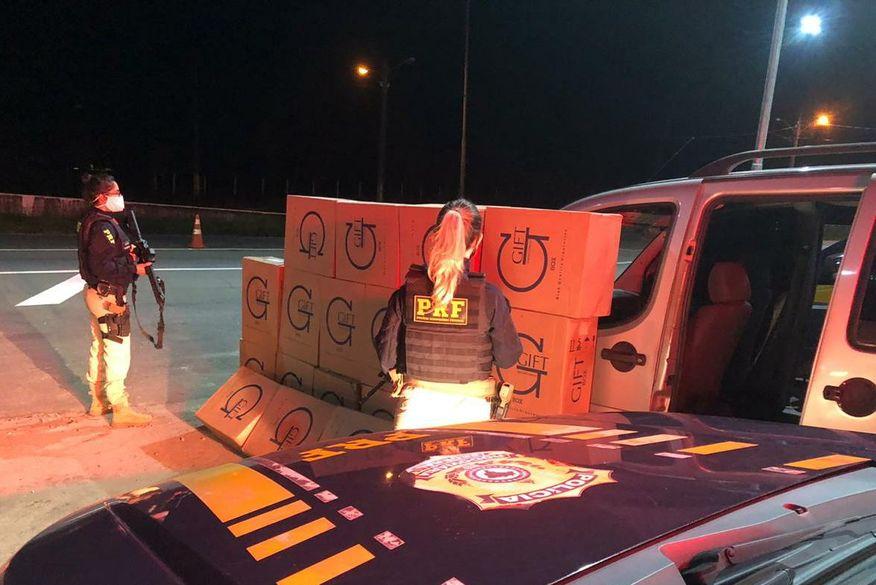 Polícia Rodoviária Federal apreende carga de cigarros contrabandeados avaliada em 50 mil; Três pessoas foram presas.