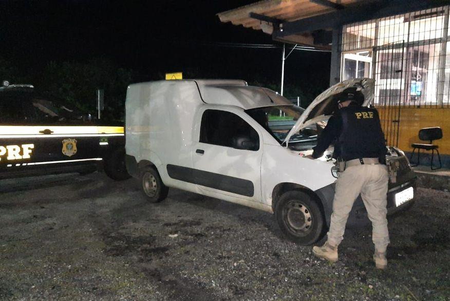 PRF recupera na Paraíba carro roubado em Pernambuco com placas clonadas e prende motorista e vendedor do veículo