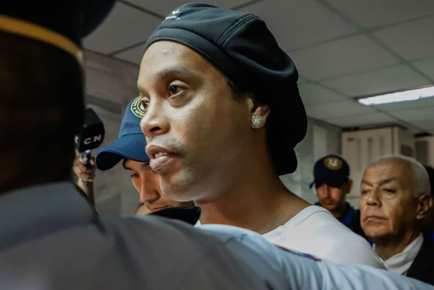 Ronaldinho Gaúcho completa quatro meses preso sem perspectiva de voltar ao Brasil