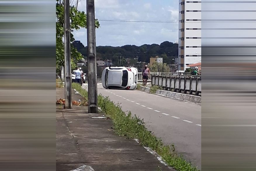 Carro tomba em colisão com outro veículo no bairro de Tambauzinho, em João Pessoa