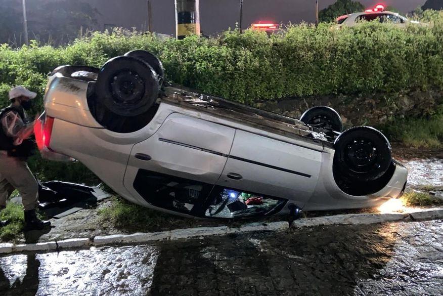 Homem é preso após fugir de blitz da Polícia Militar e capotar carro em João Pessoa