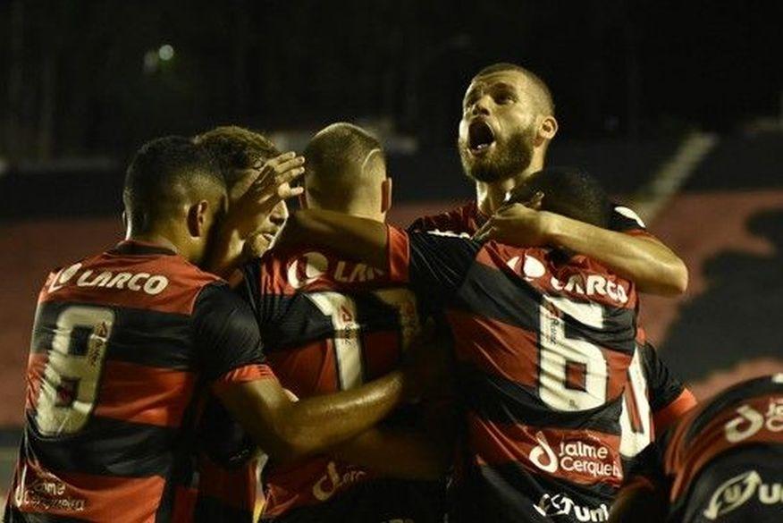 Vitória joga mais de um tempo com um a menos, mas vence o Treze no Barradão