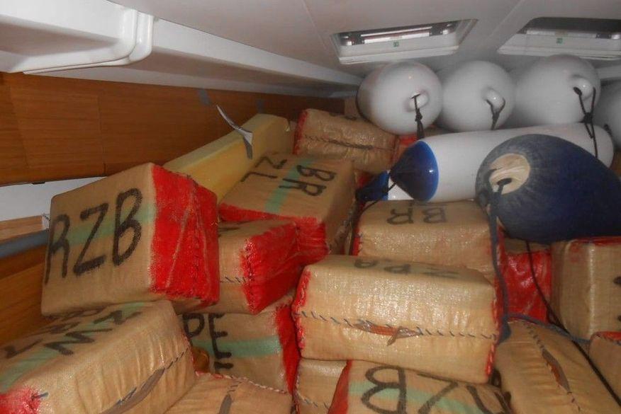 Veleiro com haxixe é interceptado a mais de 350 quilômetros da costa do Recife e dois tripulantes são presos