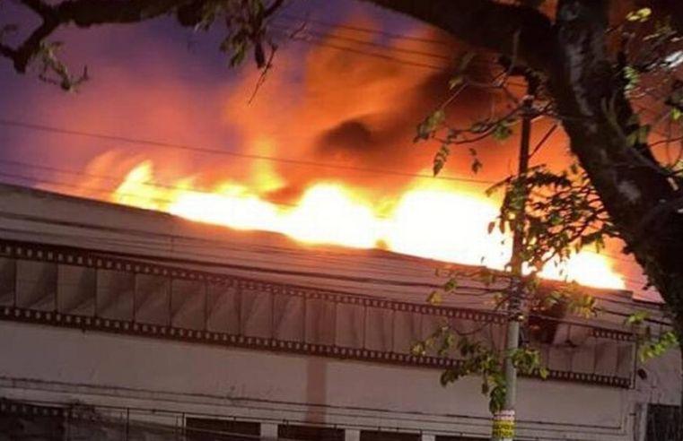 Bombeiros ainda lutam contra fogo na Cinemateca após 15 horas de incêndio