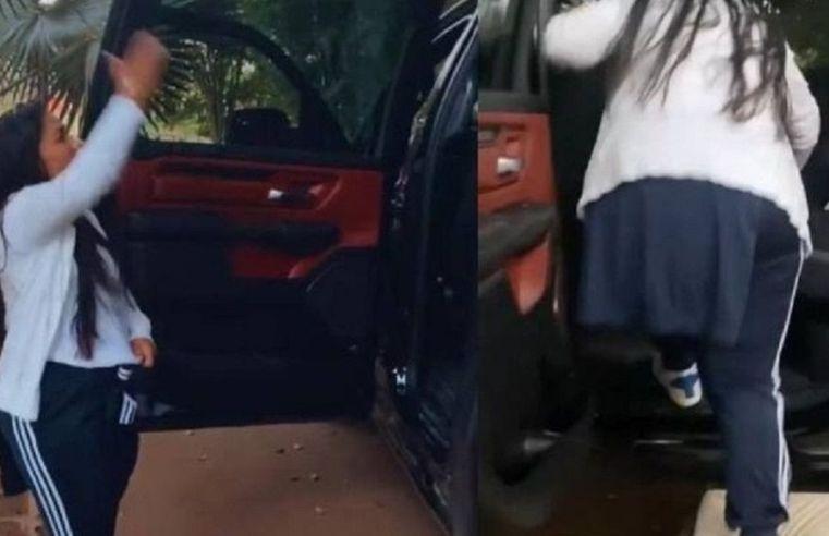 Simone compra carro alto e não consegue entrar nele